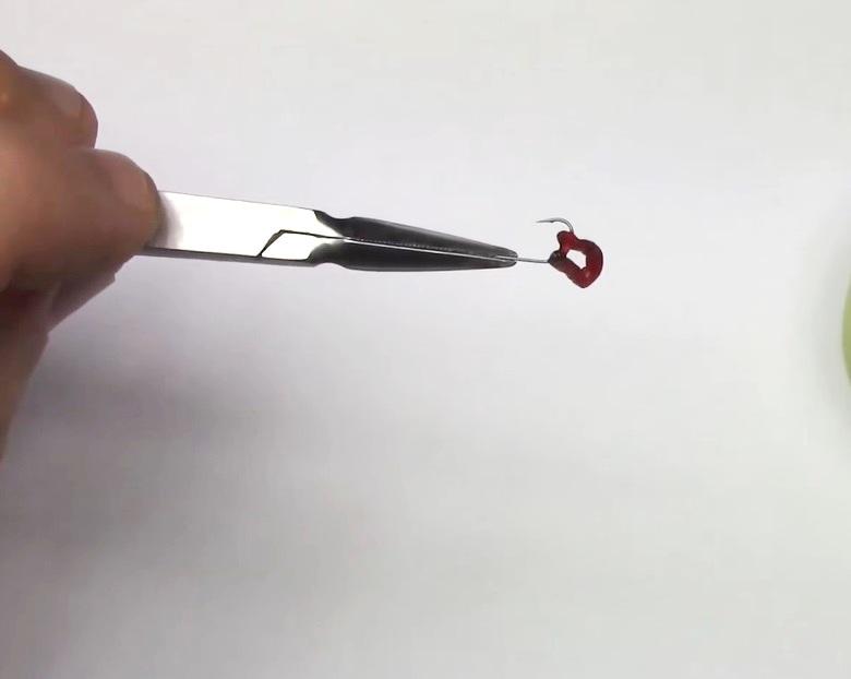 Третий способ насадить мотыля